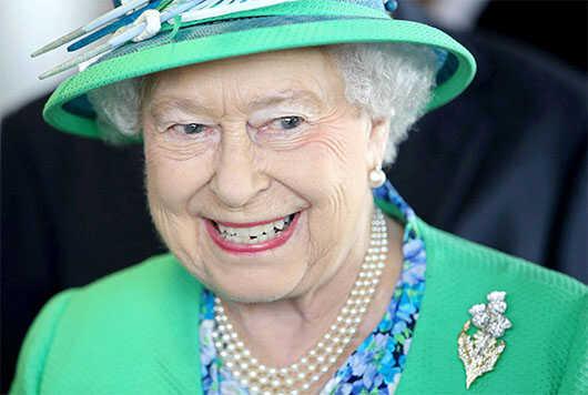 Điểm qua những mẫu ghim cài áo lịch sử của Nữ hoàng Elizabeth
